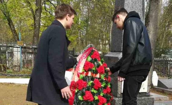 Участие в торжественном возложении венков и цветов у Мемориального захоронения на Песковатикском кладбище